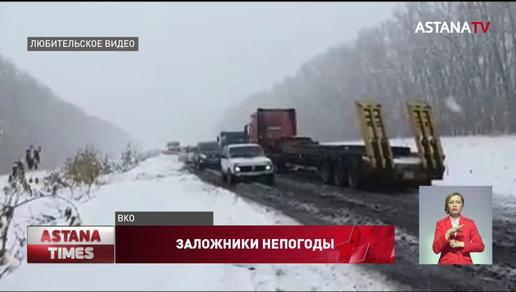 Около сотни машин попали в снежный плен в ВКО