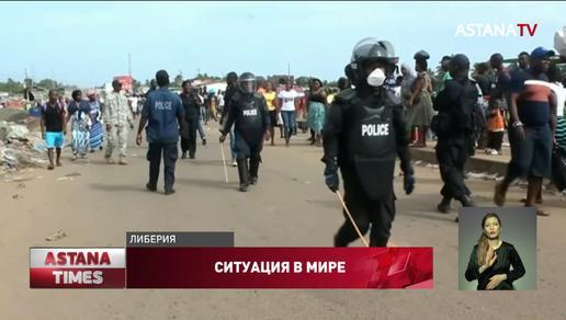 В Либерии полицейские используют дубинки, чтобы заставить людей оставаться дома