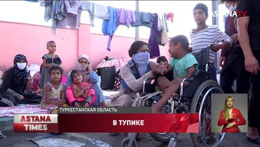 """Спим на картоне, кушаем среди трупов"": сотни таджиков застряли на казахстанской границе"