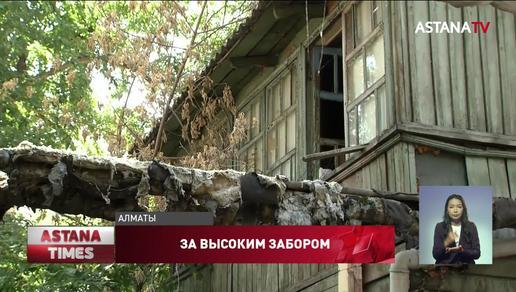 «Живем, как изгои»: аварийный дом в Алматы власти «спрятали» за высоким забором